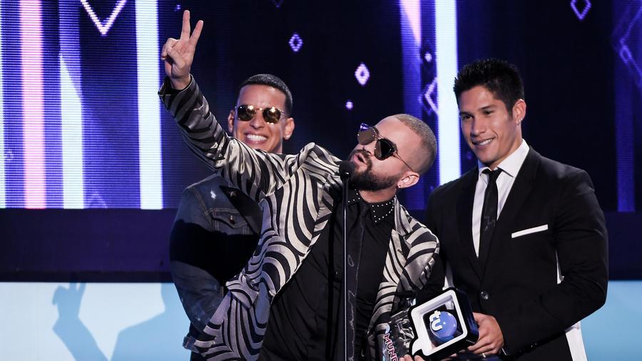 Chino y Nacho con Daddy Yankee reciben Premio Canción Comienza Fiestas en Premios Tu Mundo 2016