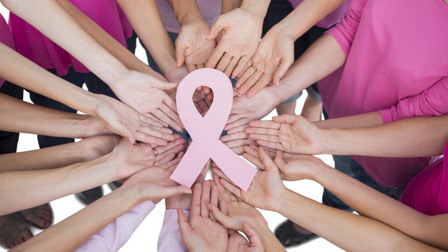 Mujeres sosteniendo lazo rosa