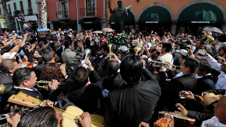 Mariachis cantan a la estatua de Juan Gabriel en Ciudad de México