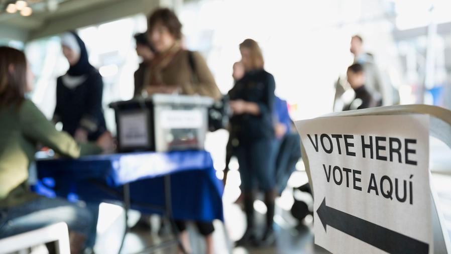 Fila de votantes en lugar de votación