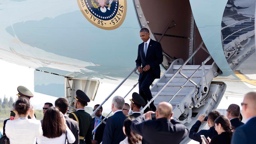El presidente de Estados Unidos, Barack Obama, desciende de su avión Air Force One en el aeropuerto internacional Xiaoshan en Hangzhou, provincia de Zhejiang, en el este de China, el sábado 3 de septiembre de 2016.