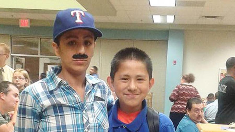 Yevette Vasquez disfrazada de hombre junto a su hijo Elijah