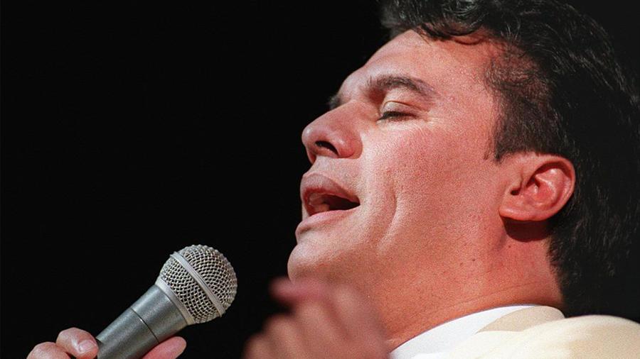 Juan Gabriel canta a su público