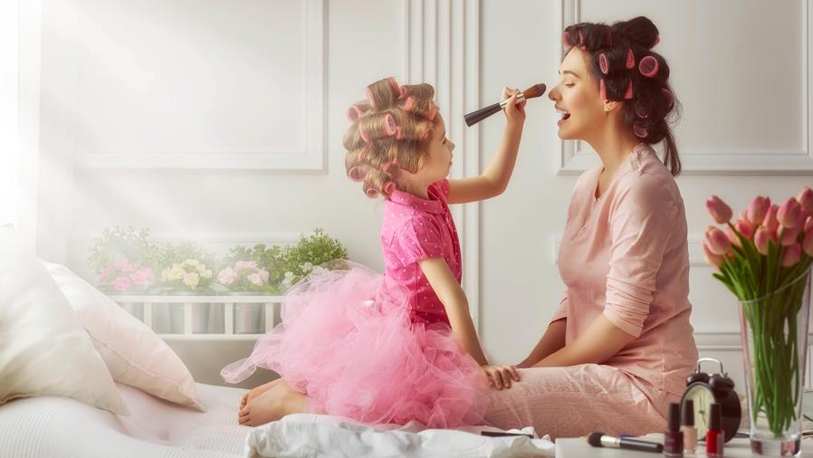 Madre e hija jugando a maquillarse