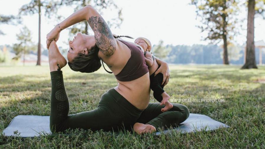 Mujer lactando mientras practica yoga