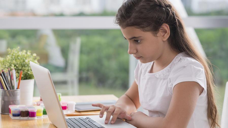 Niña con computadora