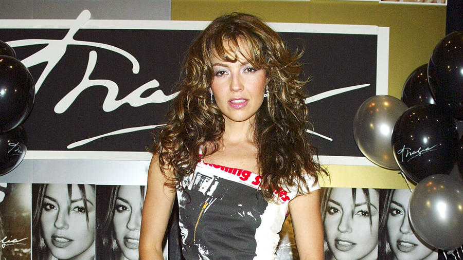 Thalia en una firma de autógrafos