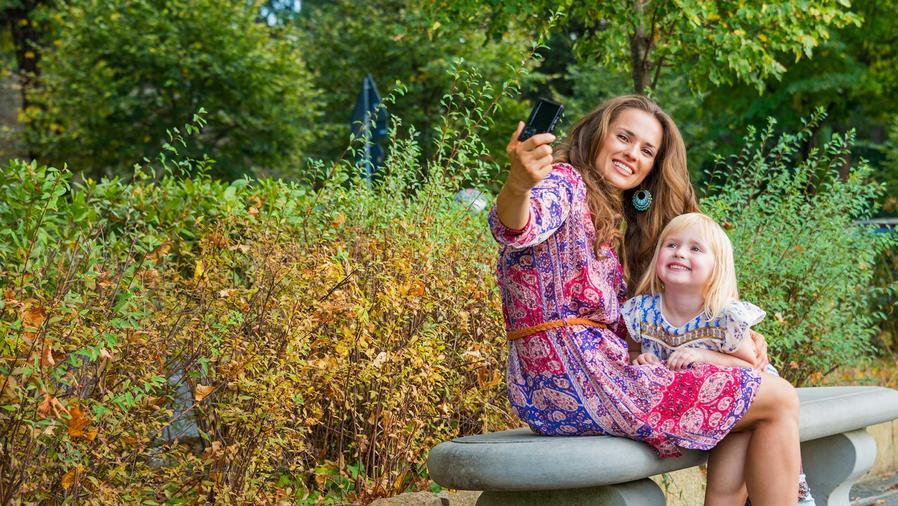Mamá toma selfie con su hija
