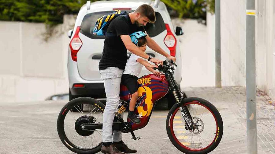 Gerard Pique Busca a Milan en la Escuela en una Bici del Barcelona