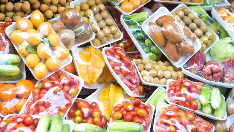Vegetales empaquetados con plástico