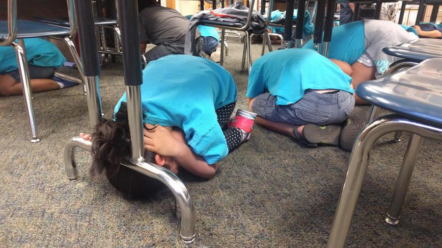 ninos en un simulacro de terremoto