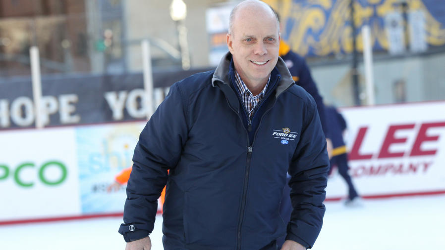Scott Hamilton skating en evento a beneficio