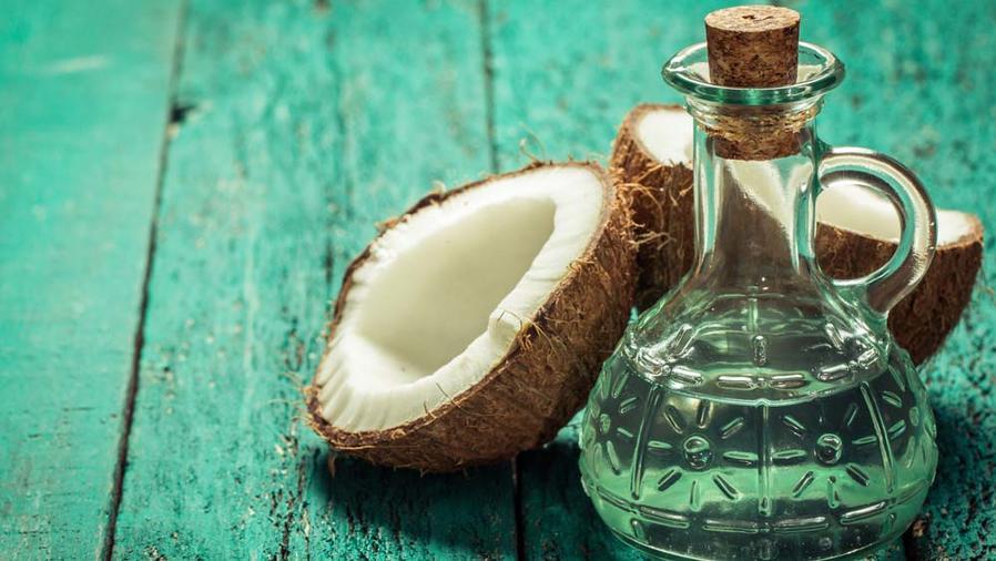 Aceite de coco en botella de vidrio