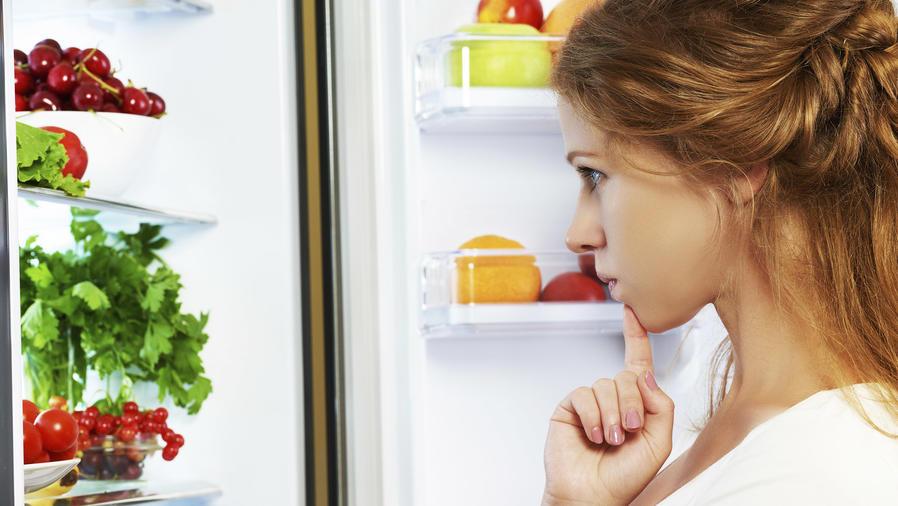 Mujer frente a refrigerador