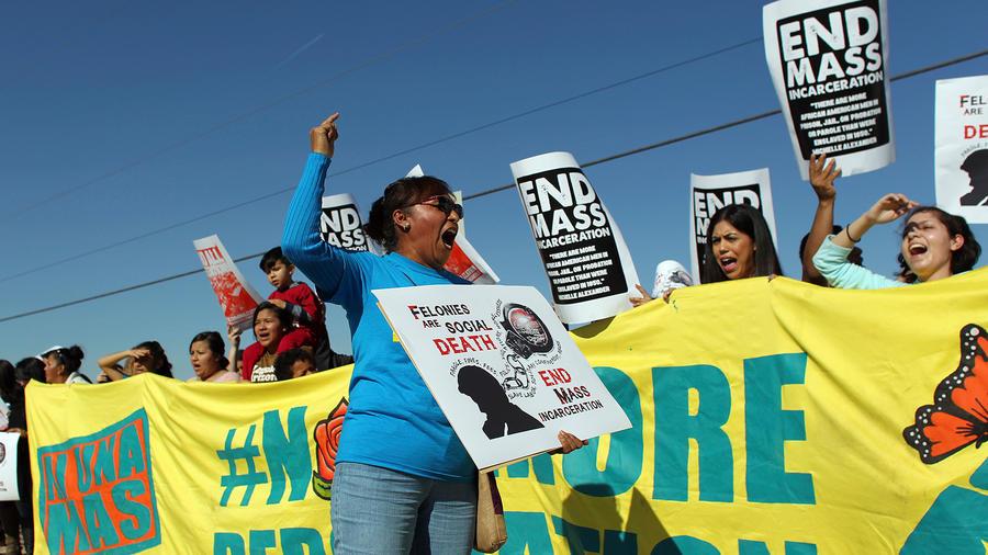 Manifestantes protestan la deportaciones en un centro de detención de inmigrantes sin perimso de residencia de Eloy, Arizona, el 20 de enero del 2016.