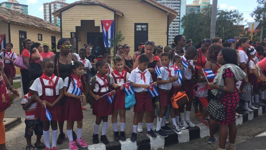 niños a la espera del cortejo fúnebre de Fidel Castro
