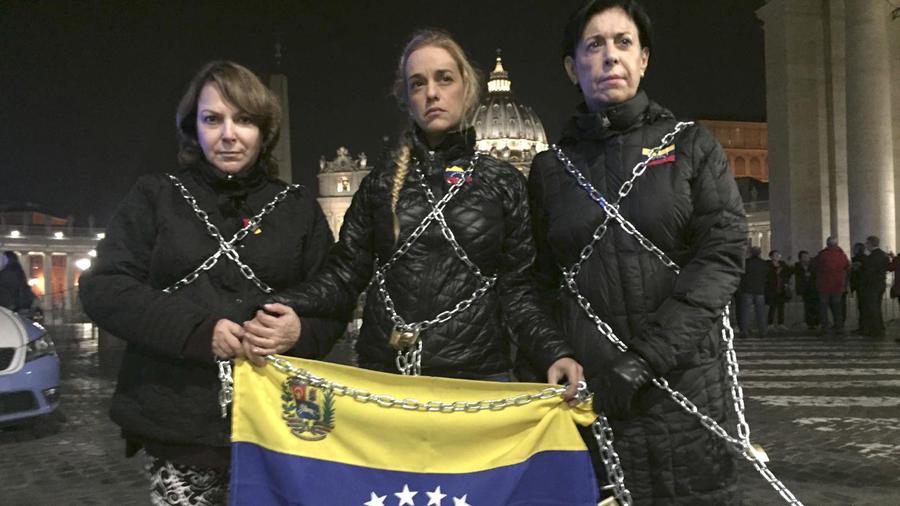 """La esposa del preso político venezolano Leopoldo López, Lilian Tintori (c), se encadenó frente al Vaticano para pedir la liberación de todos los """"presos políticos"""" en la próxima reunión de diálogo entre la oposición y el Gobierno de este martes"""