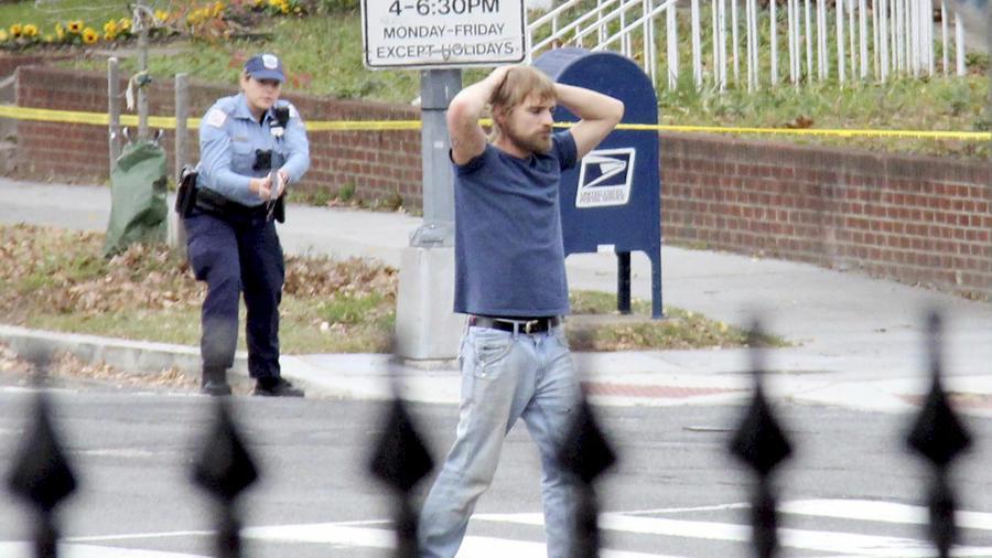 Edgar Maddison Welch, se rinde tras asaltar un restaurante de Washington DC impulsado por una noticia falsa. Sathi Soma via AP