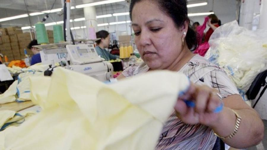 mujer trabaja en fábrica textil