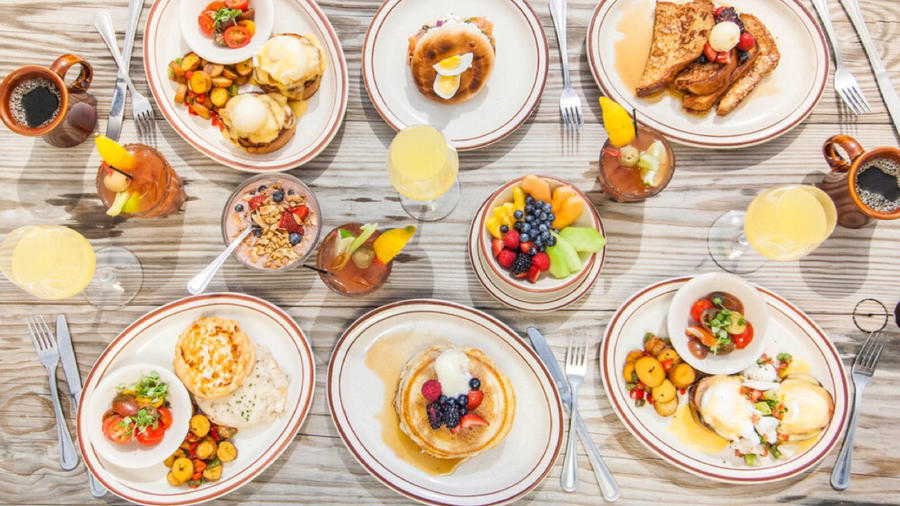 Platos con diferentes opciones de desayuno