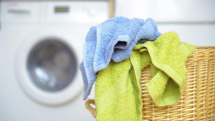 Toallas de baño junto a lavadora