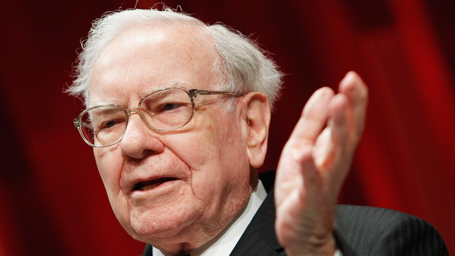 Warren Buffett de traje hablando