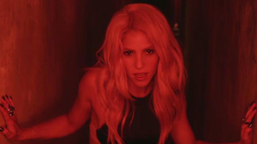 Shakira en el video Chantaje.