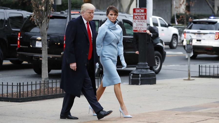 Doland Trump y Melania Trump de la mano llegando a la iglesia de St. John en Nueva York