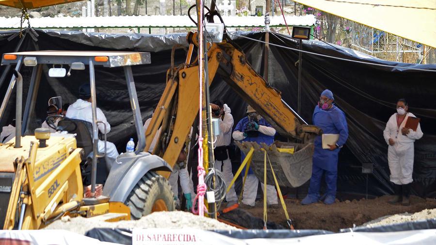 Investigan fosa común en México