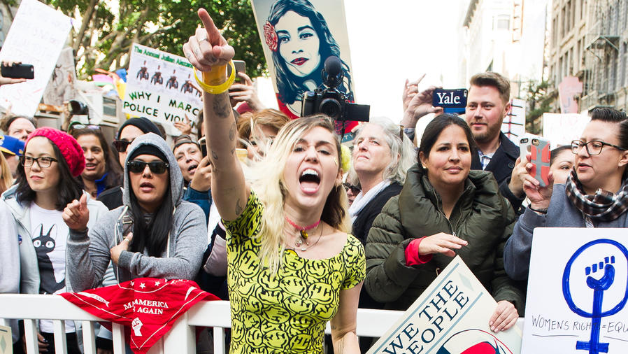 Miley Cyrus atiende al women's march en Los Angeles