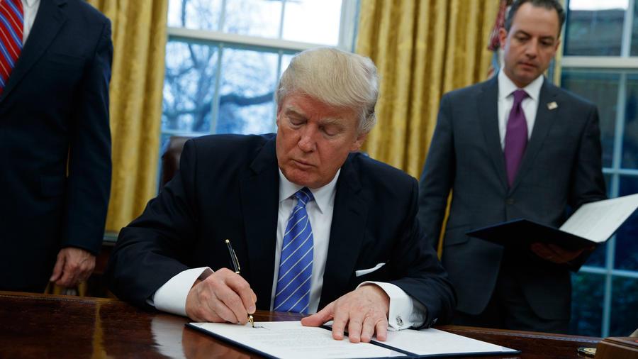 Donald Trump firma las primeras órdenes ejecutivas el 23 de enero de 2017