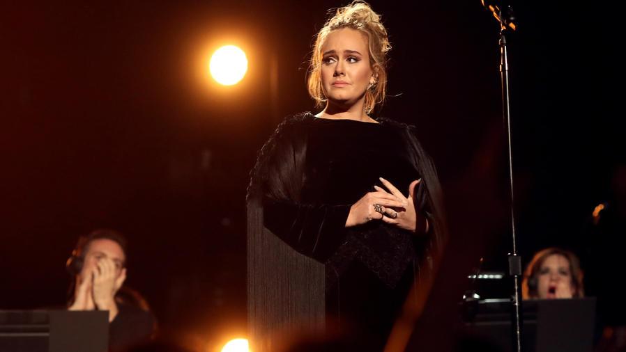 Adele durante el tributo a George Michael en los Grammy 2017
