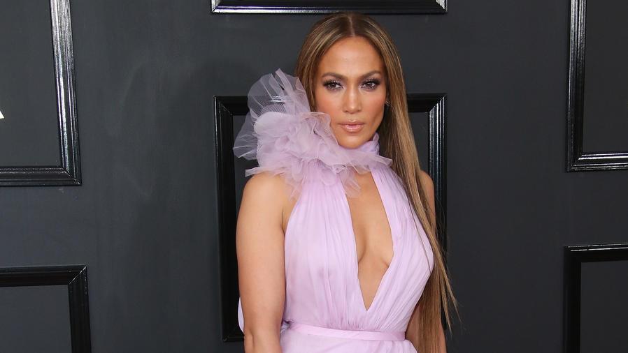 Jennifer Lopez llegando a la alfombra roja de Grammy 2017