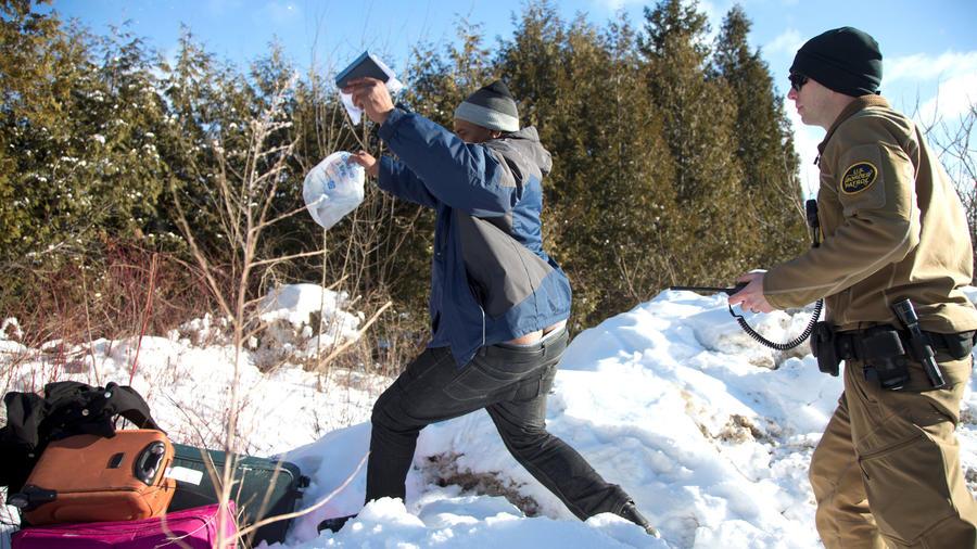 Inmigrantes huyen en la frontera de EEUU con Canadá