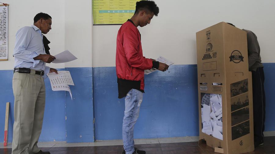 Los ecuatorianos emiten su voto para elegir a un nuevo presidente en Quito, Ecuador, el domingo 19 de febrero de 2017. Las encuestas sugieren que ante lo cerrado de la elección, la presidencia podría disputarse en una segunda vuelta en abril. (AP Foto/Dol