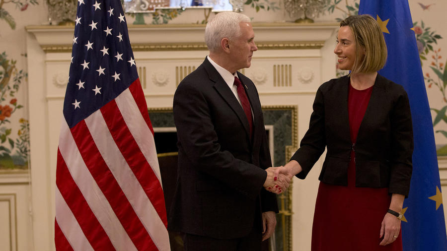 Vicepresidente Pence junto Federica Mogherini, alta representante de la UE