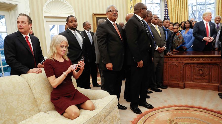 Asesora del presidente Donald Trump sentda en sofá de la oficina oval