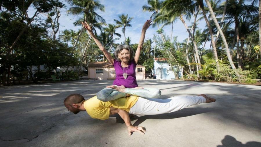 Täo Porchon-Lynch, la maestra de yoga más longeva