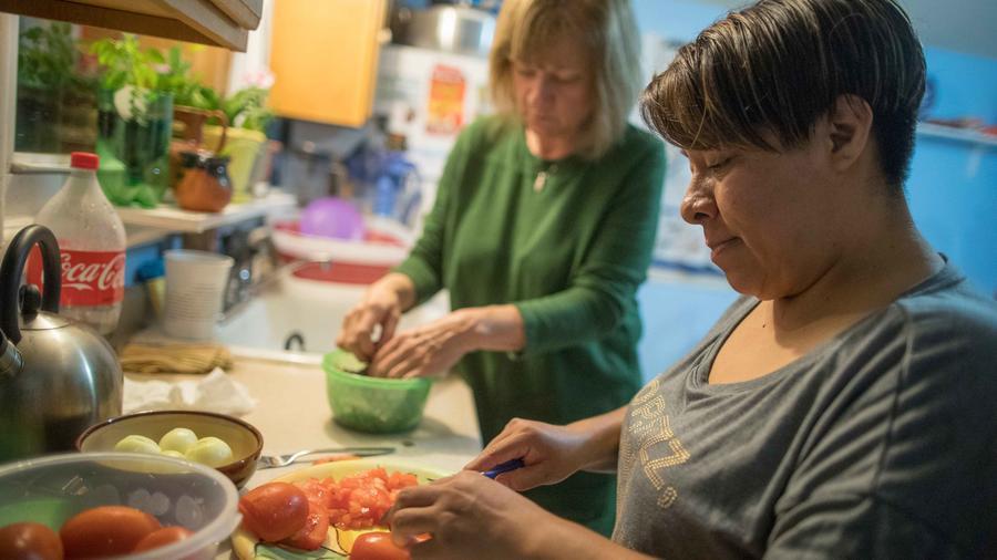 Hispana enseña a cocinar a estadounidense en NYC