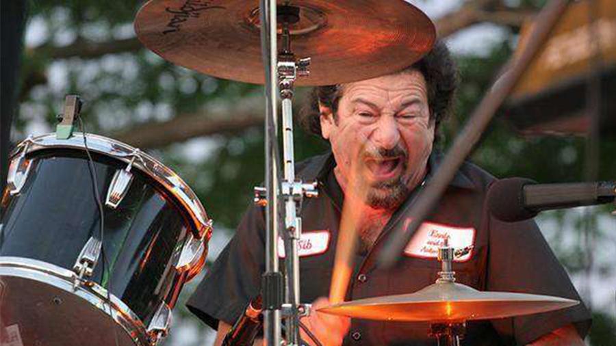 Fallece baterista en medio de show