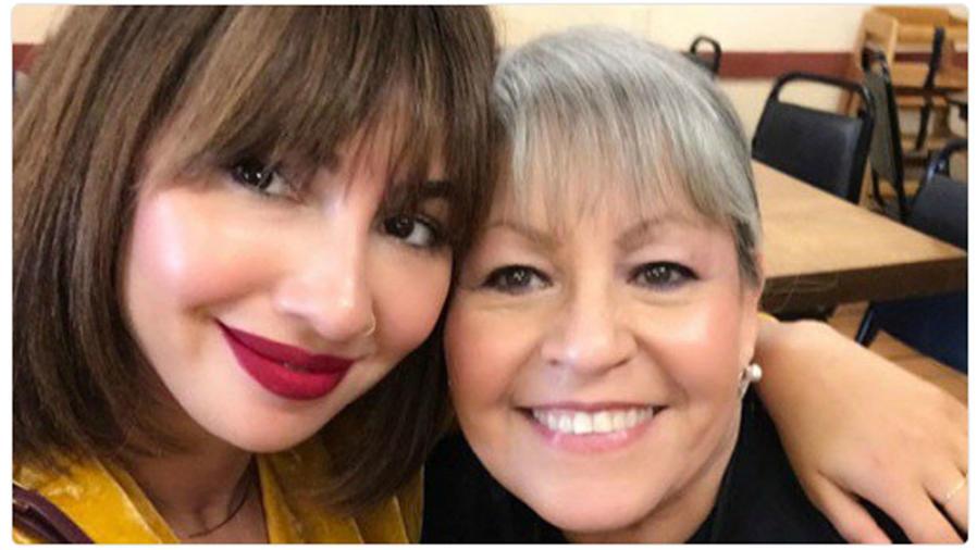 Jackie Cruz con la mamá de Selena Quintanilla