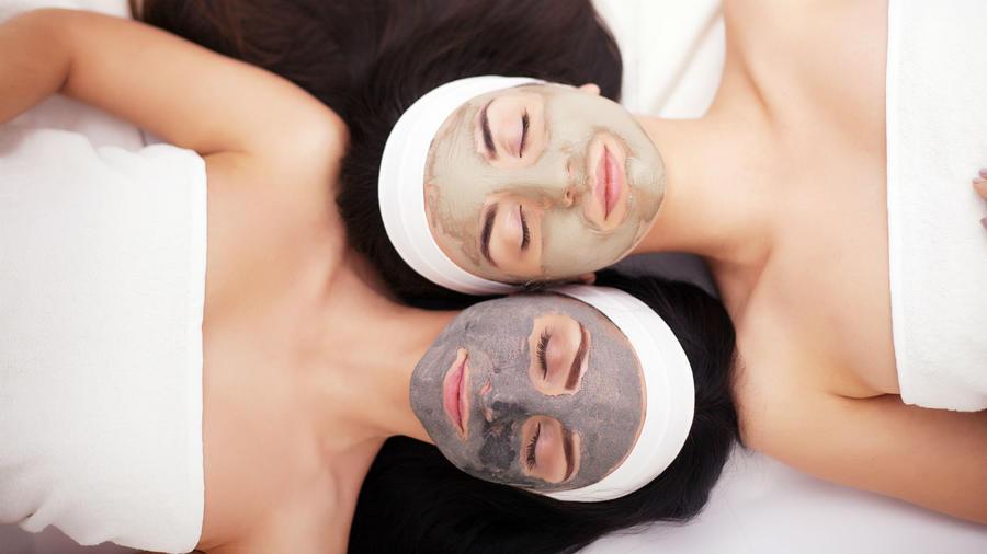 Mujeres posando con mascarillas faciales