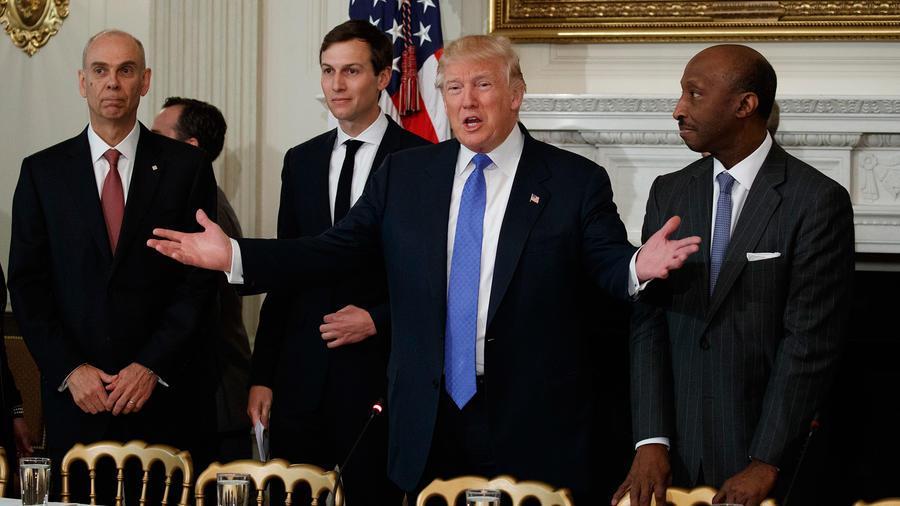 El presidente Donald Trump con ejecutivos y a su derecha su yerno y asesor Jared Kushner en febrero del 2017