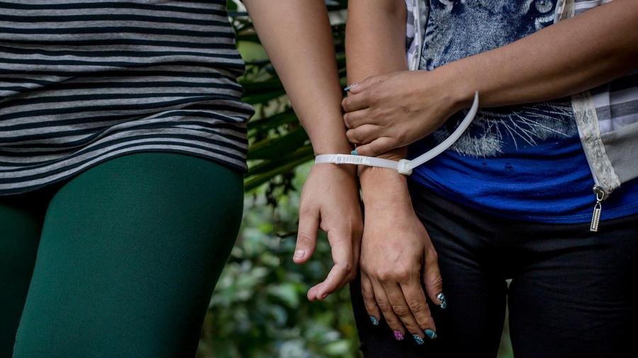 En esta imagen de archivo del 8 de diciembre de 2016, dos mujeres acusadas por la policía de formar parte de la pandilla Mara Salvatrucha, presentadas a los medios en la sede de la policía en San Salvador, El Salvador. (AP Foto/Salvador Melendez)