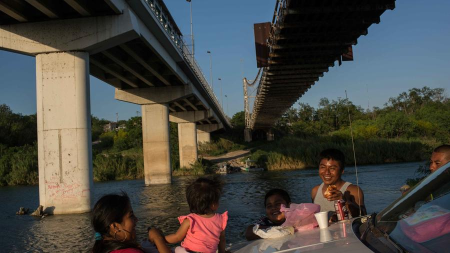 Familia disfruta de un picnic en las aguas del Río Bravo en la frontera entre México y EEUU