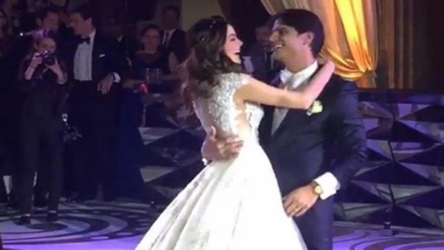 Ximena Navarrete y Juan Carlos Valladares en su vals de esposos
