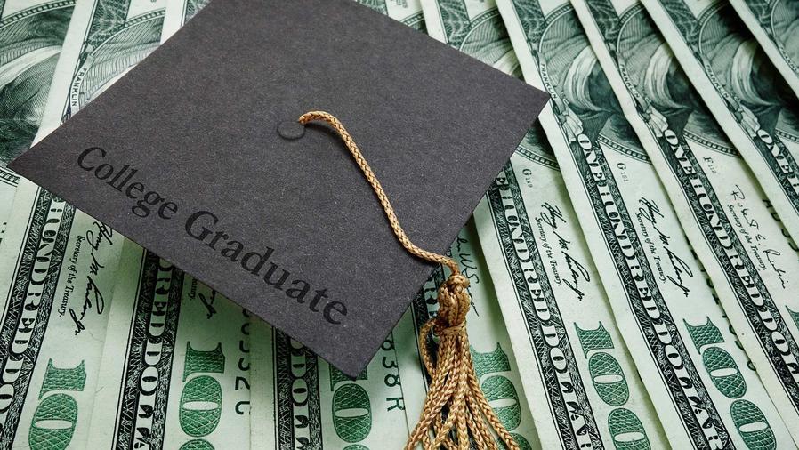 Billetes y gorro de graduado