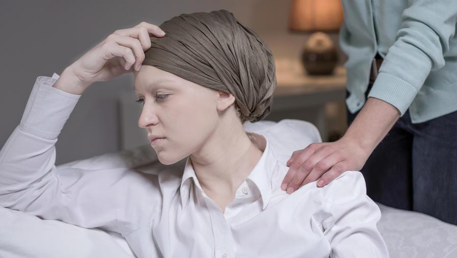Dando apoyo a una mujer con cáncer