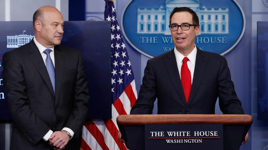 El secretario del Tesoro, Steve Mnuchin, (der), Gary Cohn, director del Consejo Económico, el 26 de abril en la Casa Blanca