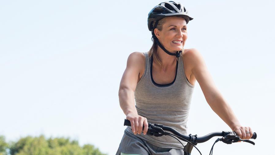 Mujer anda en bicicleta